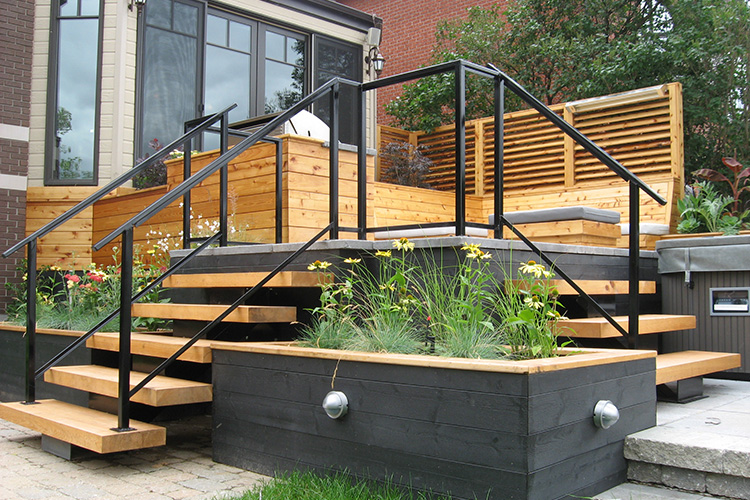 Minimalist pine steps montreal outdoor living for Patio exterieur modele