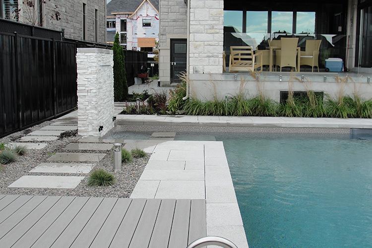Am nagement paysager moderne faible entretien avec for Cloture de piscine montreal