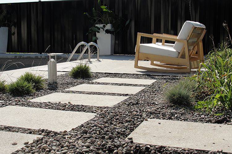 Modern low maintenance landscaping with pool montreal for Low maintenance pool landscaping