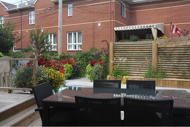 Piscine et patio dans un jardin du plateau montreal for Patio exterieur arriere