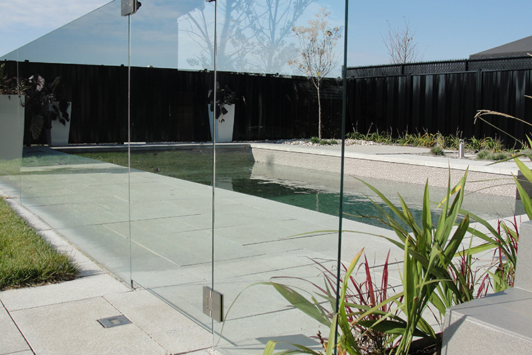 Glass railing fence montreal outdoor living for Cloture de piscine montreal
