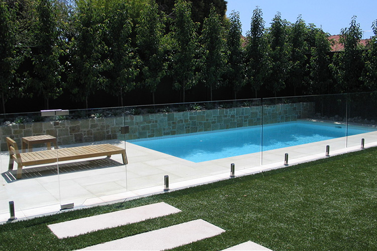 Cl tures en verre pour piscines montreal outdoor living for Cloture aluminium pour piscine