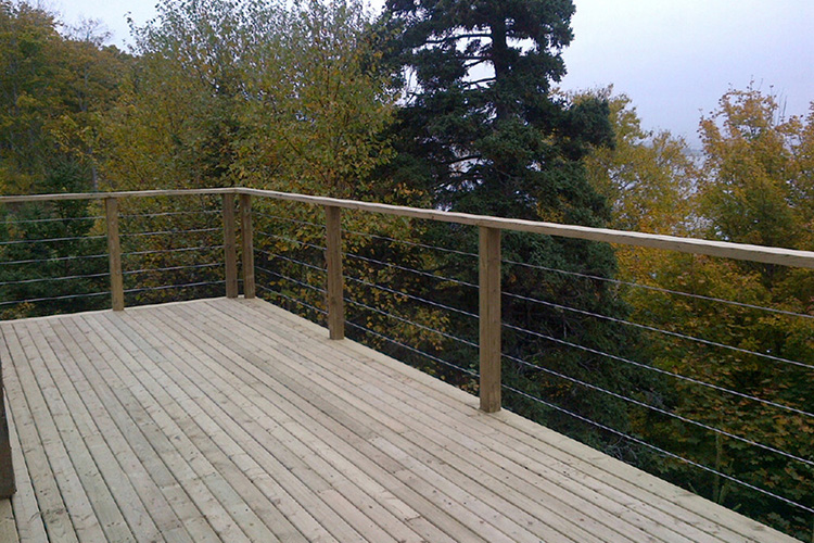 Modern deck and deck railing ideas montreal outdoor living for Panneaux bois exterieur castorama